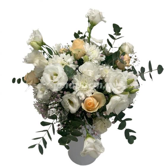 Букет из 7 белых лизиантусов, 7 кремовых роз и 7 белых хризантем