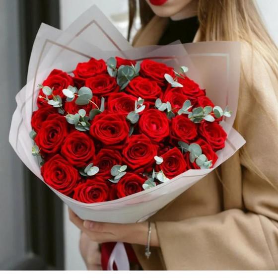 Монобукет из красных роз и эвкалипта в крафте