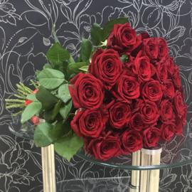 25 красных роз Ред Наоми 60 см