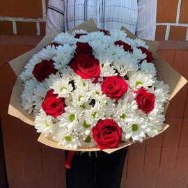 Роза красная и хризантема кустовая
