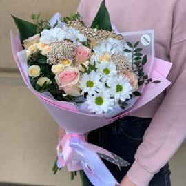 Букет из хризантем , роз и озотамнуса