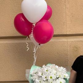 Букет белых хризантем с шарами