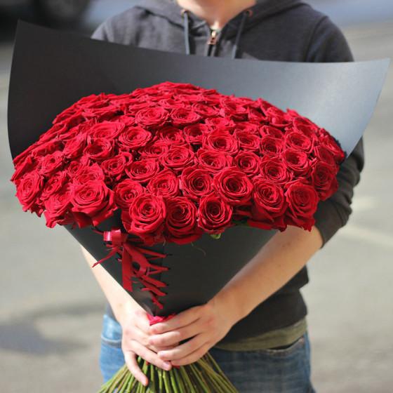 101 красная роза в черной упаковке