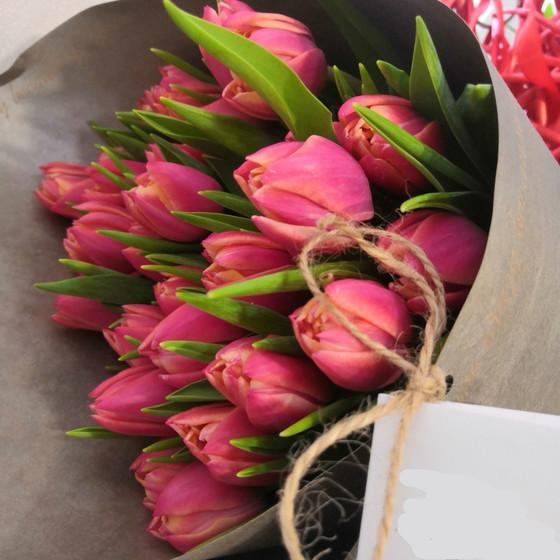 букет из пионовидных тюльпанов в крафте