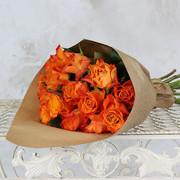 Букет из 15 оранжевых роз 40 см в крафте