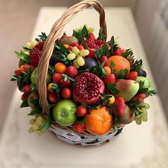 Корзина с фруктами и ягодами