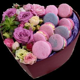 Коробка сердце с цветами и пирожными  макарунс