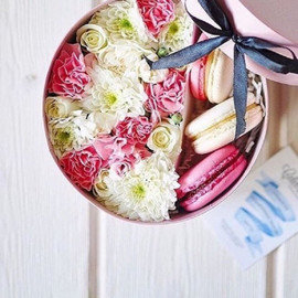 """Коробка с цветами и сладостями """"Полет вдвоем"""""""