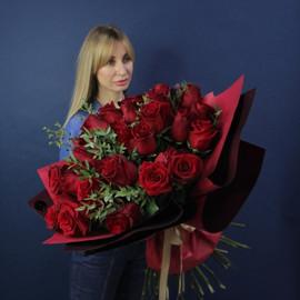 """Букет """"31 Винная роза в оформлении"""""""