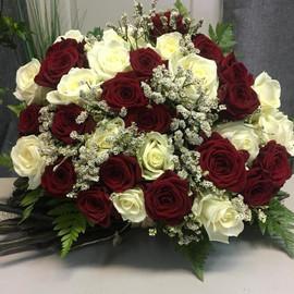 Букет 33 бордовые и белые розы, зелень