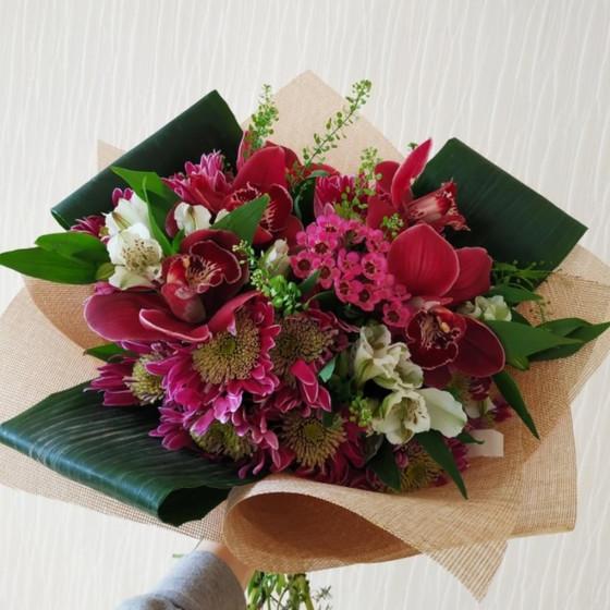 Букет с бордовыми орхидеями