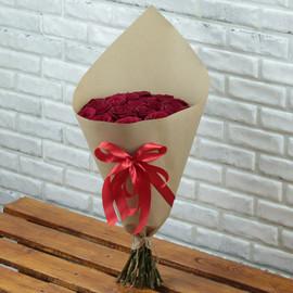 25 красных роз в крафте с бантом 60 см
