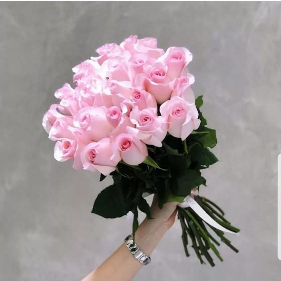 Букет из 25 нежно-розовых роз на ленте