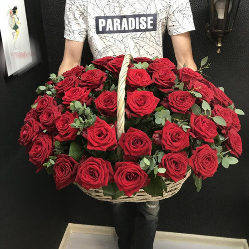 Корзина из 51 красной розы с эвкалиптом