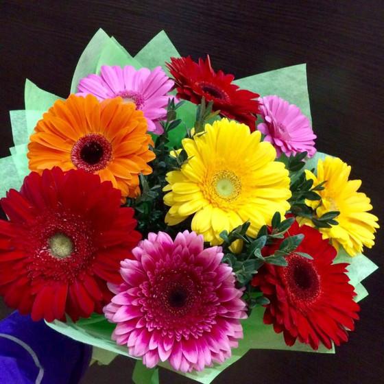 Букет разноцветных ромашек и гербер