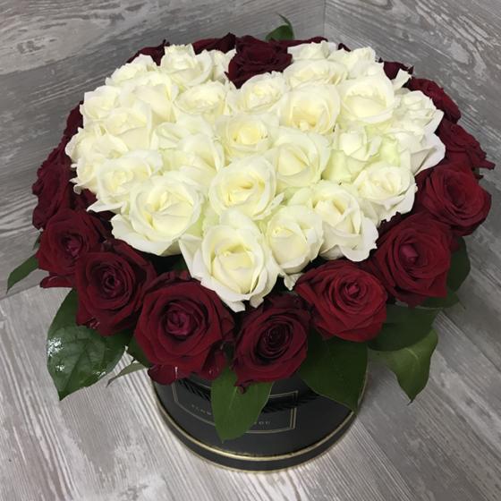 Коробка с цветами из 51 розы «Красные и белые розы в виде сердца»