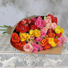 Букет из 15 разноцветных кустовых роз