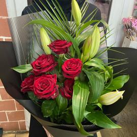 Букет из 7 роз и 2 Лилии «Лёд и пламя»