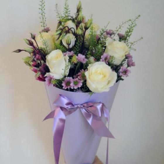 Букет из розы и лизиантуса в конусе