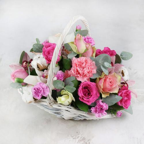 Композиция из орхидеи гвоздики и роз в корзине