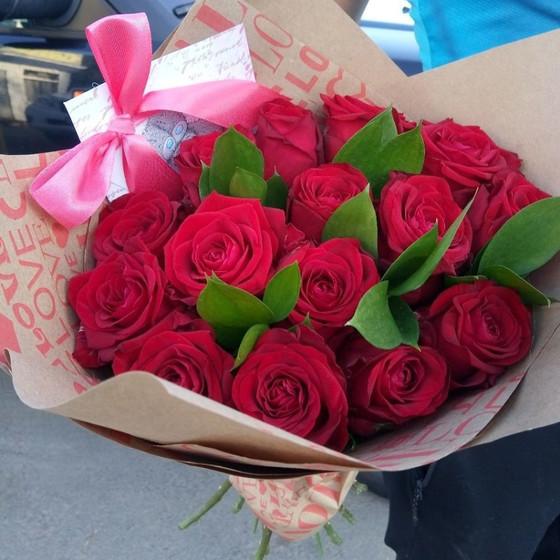 15 роз с зеленью