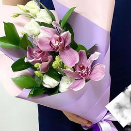 Букетик с орхидеями и эустомой