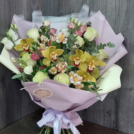 Букет Сборный из орхидеи, альстромерии и белых роз