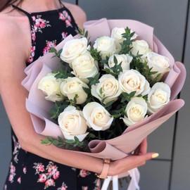Букет из 15 белых роз с эвкалиптом