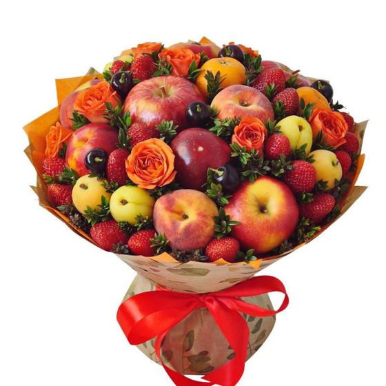 Букет с клубникой и нектаринами и яблоками