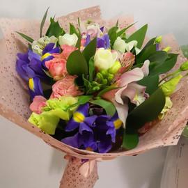 букет с ирисами и орхидеей цимбидиум