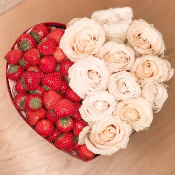 Коробочка сердечко с клубникой и белыми розами