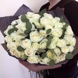 45 роз с эвкалиптом