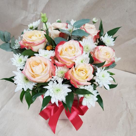7 роз и хризантемы в коробке