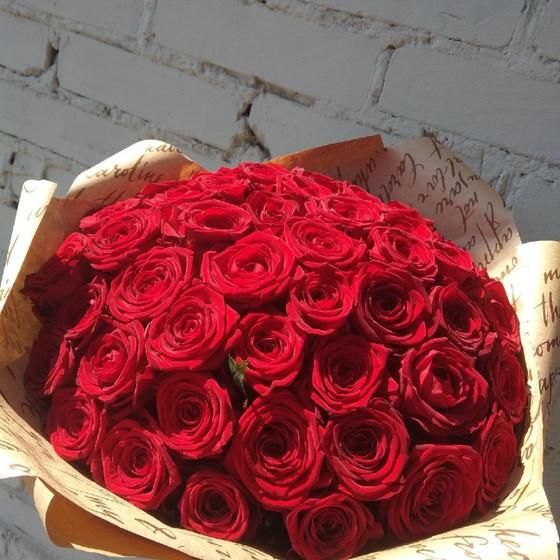 55 ароматных красных роз