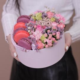 Коробка с цветами и пирожными макаронс