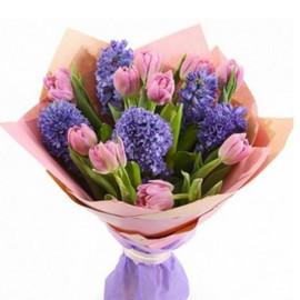 букет из сиреневых тюльпанов и гиацинтов