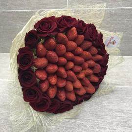 Букет из клубники с красными розами