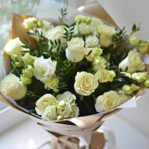 Букет из белой розы и эустомы