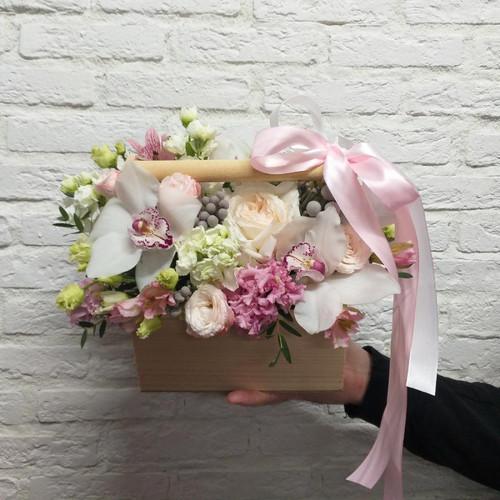 Цветочная композиция в ящике с орхидеей и пионовидной розой