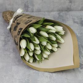 Букет из 25 тюльпанов «Белые тюльпаны в крафте»
