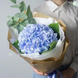 Букет с голубой гортензией
