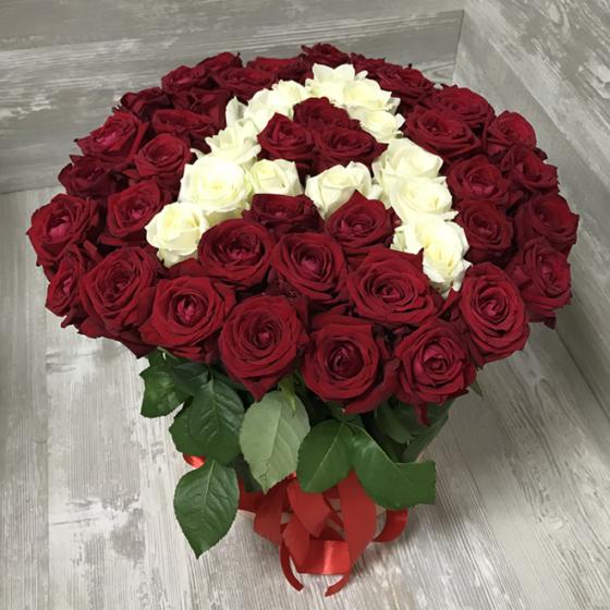 Коробка с цветами из 51 розы «Красные и белые розы в вице цифры или буквы»
