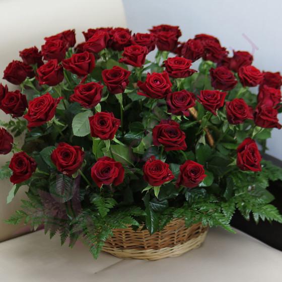 Корзина из 51 розы «Красные розы с зеленью»