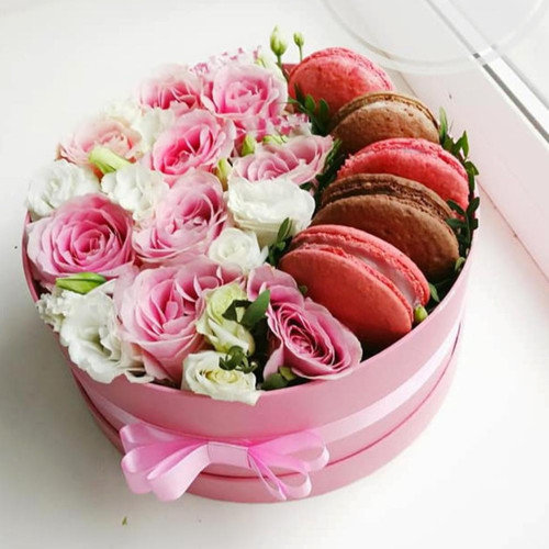 Коробочка с розами и макарунс