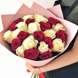 25 белых и красных роз