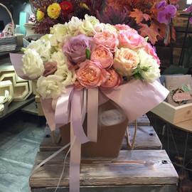 Нежный букет в коробке с эустомой и розой