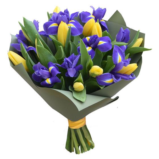букет с ирисами и  желтыми тюльпанами
