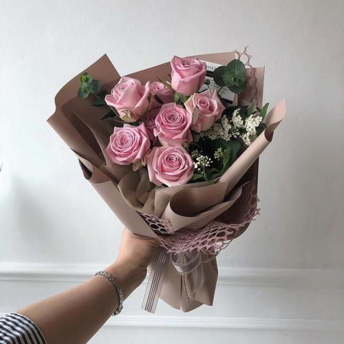 Букет розовых роз Аква в обрамлении зелени