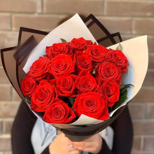 Стильный букет с алыми розами