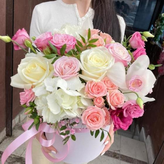 Шляпная коробка из разновидных цветов